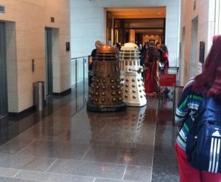 Zwei Daleks die auf den Aufzug warten ;)